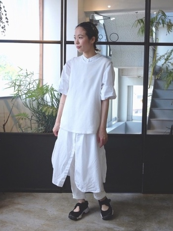 春らしいホワイトのワントーンコーデ。重ねるベストもパンツも白で品よくまとめることでカジュアルながら上質な雰囲気に。ふわりと春風に舞うような軽やかなスタイルです。