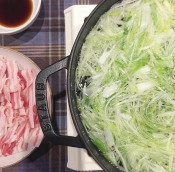 ソテーでも使える「ブレイザーソテーパン」という種類。鍋の高さが約12㎝位と薄型なので、魚の煮つけやすき焼きやもつ鍋、白髪ねぎを沢山入れてしゃぶしゃぶ肉で頂く大人のネギしゃぶ(勝手に命名)などにも使えて便利なんです。