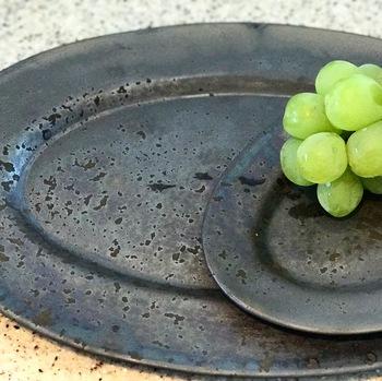 黒いお皿なのにどこか温かみを感じることができる「ONE KILNのプレート」。