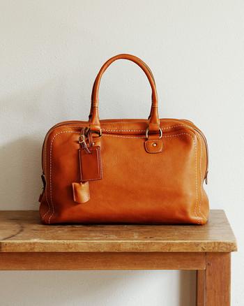 贅沢な近場の旅を演出するのにぴったりなのは、土屋鞄のオイルヌメ革を使った上質なボストンバッグです。使うたびに手に馴染んで、くったりとやわらかくなってくるのは、上質な革を使っている証です。