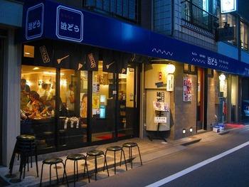 昭和25年創業の月島で一番の老舗店。頑固女将として地元で愛された初代の味を大切に守り続けている同店のもんじゃ焼きを求めてお客さんが引きも切りません。