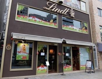 創業から170年あまりを数えるスイスの老舗は、日本では、後出のレオニダスと並ぶ有名店。 2011年、表参道交差点近くの青山通り沿いにカフェ兼ショップをオープン。