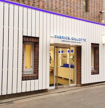かつて日本に進出し、その後撤退していた同店が、2018年1月、青山通りに面した「FOUND MUJI」を曲がった路地に、リ・オープンしました。  ディジョンに本拠を置き、1990年、26歳でM.O.F.を受章後、本国で各賞を受賞のクリエーターショコラティエ、Fabrice Gillotte (ファブリス・ジロット)」の世界とここ青山で会える♪