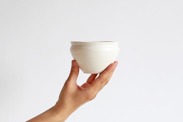 ころんとした丸みのあるフォルムが可愛い小鉢は、岐阜県・土岐市にて作陶されている林 友加(はやし ゆか)さんの作品です。手仕事の温かみを感じさせる素朴な風合いと、やわらかくて上品な乳白色が印象的です。どんな食卓にも馴染むシンプルな小鉢は、和洋問わず様々な食器とコーディネートしやすいので自然と出番が多くなりそうです。