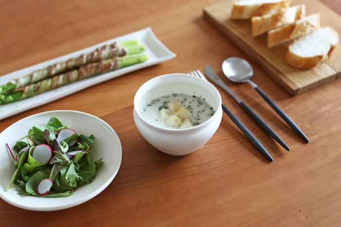 こちらのように木のプレートやカッティングボードと合わせて、ナチュラルな雰囲気のテーブルコーディネートも楽しむことができます。深さのあるデザインなので副菜はもちろんのこと、スープやみそ汁の碗としても使用できます。様々なお料理を引き立てるおしゃれな小鉢は、日々の食卓からおもてなしシーンまで幅広いシチュエーションに活躍してくれそうです。