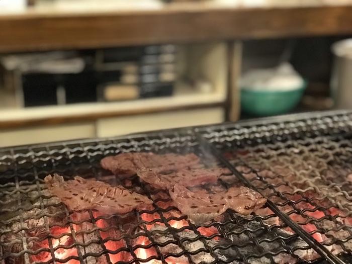 昭和23年に始まったと言われている仙台牛タン焼き。仙台 牛たんの発祥の店である「味太助」の初代、佐野啓四郎氏(故)が昭和23年に、牛タン焼きの専門店を仙台市中心部に開いたことがきっかけとなり、それが全国に広まったことから、牛タン焼きは、仙台が発祥地とされています。
