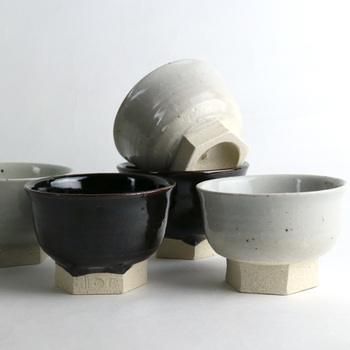 グレーがかった白の「石灰」には石灰岩や長石を主原料とした石灰釉が、シックな色合いの「黒飴」には伊賀の鉄釉が用いられています。見ているだけでほっと心が和むような、ナチュラルで優しい色合いが素敵ですね。様々な和食器とコーディネートしやすいので、「石灰」と「黒飴」2種類揃えておくのもおすすめです。