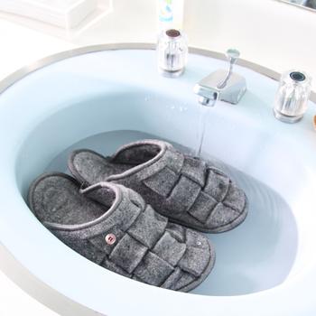 洗濯機のドライモードか手洗いがおすすめ。手洗いの場合は中性洗剤を入れて押し洗いしましょう。