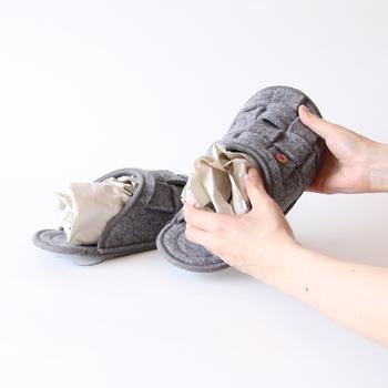 乾燥させる際は、中に紙を詰めて陰干しすると乾きが早くなり、型崩れの防止にもなります。保管する際も、形を整えて袋に入れれば、来シーズンもきれいに履けますよ。