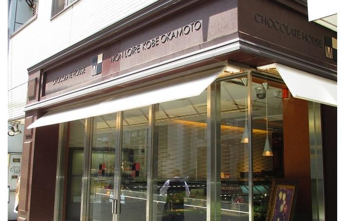 1988年に神戸で創業と歴史は浅いながら、日本では珍しかった「神戸生チョコレート洋酒・抹茶味」を発売し、甘過ぎないチョコレートを好む人びとの厚い支持を得ました。青山店は関東進出の第1号店として、2007年にオープン。※テイクアウトのみ。