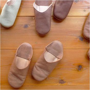 モロッコで量れているかかとをつぶした靴、バブーシュ。華やかなデザインもありますが、シンプルなものも素敵です。柔らかな羊革製で一年を通して履けます。