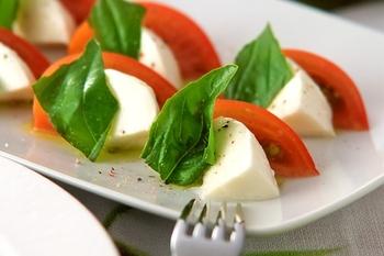 美しい大玉トマトにお似合いの料理といえば、カプレーゼ。モッツァレラチーズとバジルが合わさった3色の彩りもいいですね。簡単なのに、パーティー気分の一品です。