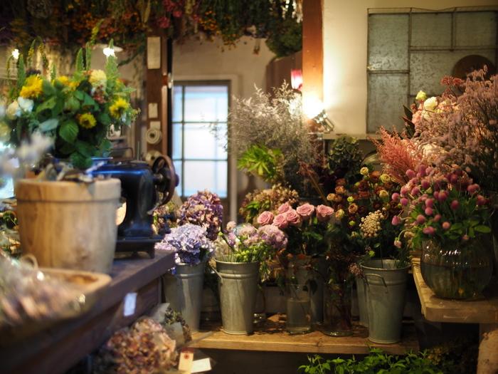 街に数多くあるカフェ。ゆったりとコーヒーを飲み、くつろぐためにカフェを訪れる方もいれば、仕事の合間に集中したくて立ち寄る方もいるでしょう。でも、どちらにしてもカフェは、自分にとっての落ち着ける場所なんだと思います。~ホッと一息つける憩いの空間~ そんなカフェに、花や植物があるだけで、プラスアルファの癒しの効果がもたらされるんです。植物の緑は、目に優しいだけでなく人の心まで和ませてくれますよね。植物の色、香りなどを感じるだけでリラックスやストレス解消の効果があるともいわれています。今回はそんな心豊かな時間をつくる花や植物を楽しめる、素敵な都内のカフェをご紹介します!!