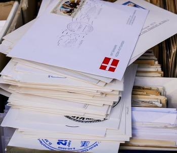 手紙の枚数が増えたり、手紙の他に別の物を同封したりすると、思いのほか重たくなっている場合があります。いつもの切手で料金が足りているかどうか、郵便局などで確認してから投函しましょう。