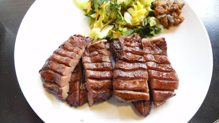 選び抜かれた上質な牛タンをさらに熟成させることで、旨味を引き出します。焼く際も2種類の炭を使い、ベテランの焼き手が、タイミングも見極めながら焼き上げるので、まわりはサクッ!そして中はレアにやわらかく仕上がり、一度食べたらヤミツキになりそう。