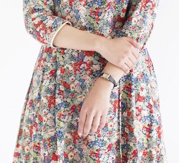 あまり自分を出しすぎない、少し控えめが大人の女性の振る舞いといえるのでは?この腕時計は、手首の上にそっと置かれたような控えめな佇まい。小ぶりなサイズが女性らしさを引き立て、奥ゆかしささえ感じられそう。主張しない大きさだから、服や小物にも影響することなく、アクセサリー感覚で着けることができるのではないでしょうか。