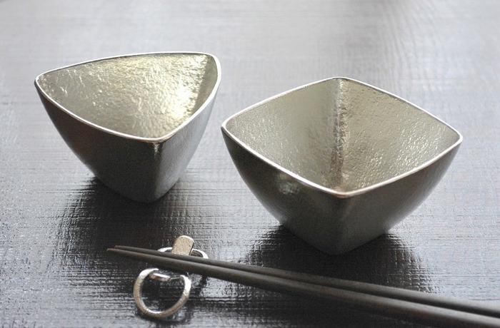錫(すず)特有の美しい光沢と、三角と四角のモダンなデザインがおしゃれな「能作(のうさく)」の小鉢。洗練されたフォルムと独特の存在感で、日々の食卓をスタイリッシュに演出してくれます。
