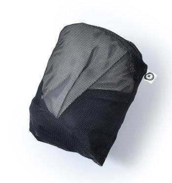 ジャケットの内ポケットに収納すれば、こんなにコンパクトに。暖かい春でも夜は冷える、なんて日が多くあります。風邪をひかないように、上着を持ってしっかり備えましょう。
