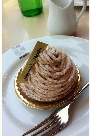 「Café Madu(カフェ・マディ)」の奥に…(筆者撮影)