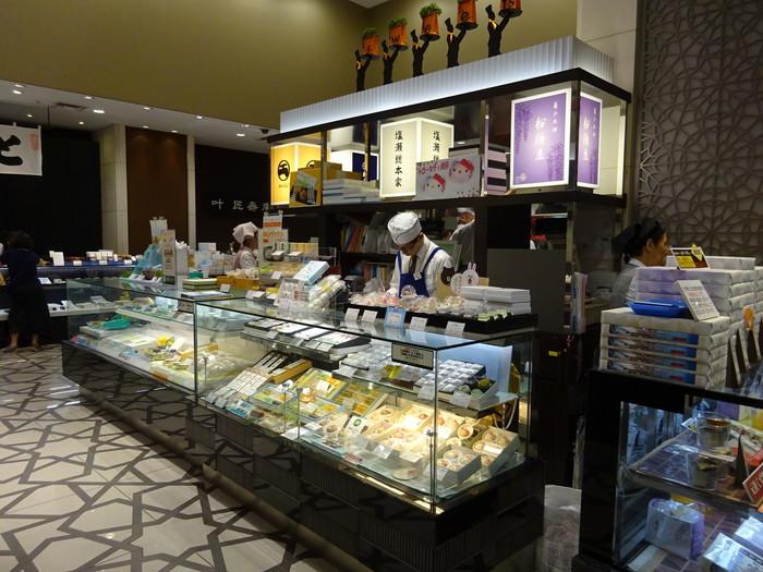 """「塩瀬総本家」は、最も創業が古い現存の和菓子店。日本の""""饅頭""""の発祥の店とも伝わる、日本橋の老舗です。"""