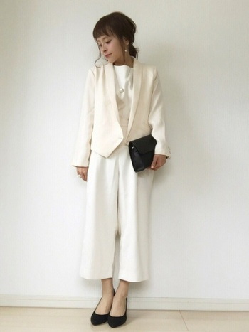 ホワイト系のオールインワンに、ベージュのデザインジャケットを合わせて爽やかに。両方とも、合わせるものを変えれば普段も着れそうなアイテムですね。