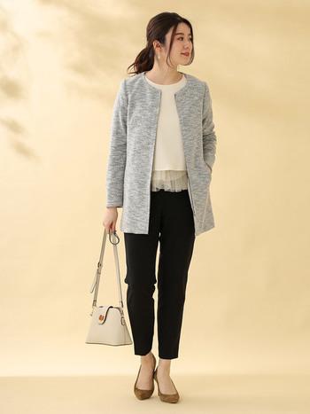 パンツスタイルだと腰回りが気になるという方には、体型をカバーしてくれるロングジャケットがおすすめ。パンツは細めのものを選ぶとすっきりと見えます。