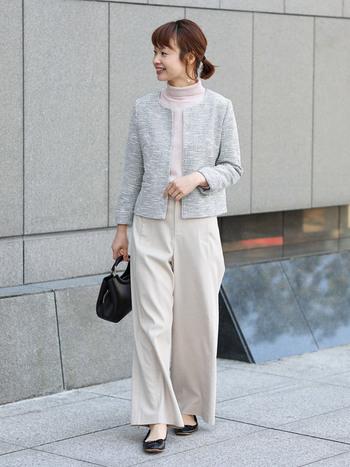 薄いグレーのジャケットは上品で知的な雰囲気。着る人を優しく柔らかな印象に変えてくれます。