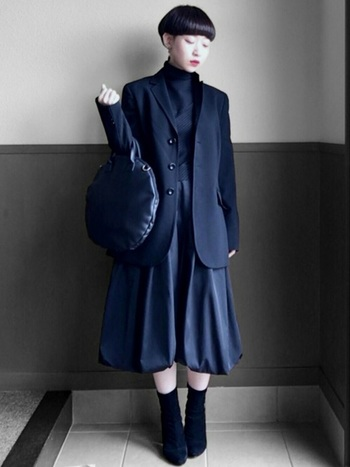 個性派さんはこんな入学式コーデもおすすめ。オールブラックのクールな印象に、バルーンスカートで面白味をプラス。