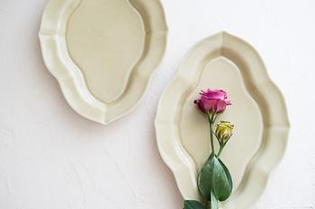 折居ゆかさんの作品は、陵花皿が多く見かけられます。淡いトーンのやさしい色合いが、食事の時間を和やかに癒してくれますよ。控えめなデザインで、和食との相性が抜群です。