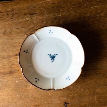 千葉県の館山市で作陶されている志村和晃さんの輪花皿です。淡い藍色の染付が可愛らしく、レトロな姿が魅力的ですね。春に咲く梅を思わせる形が、和の雰囲気を高めます。