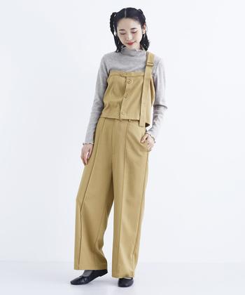 トレンド感のあるワンショルダービスチェとワイドパンツのセットアップです。さりげないフリルのついたシンプルなトップスが大人可愛いコーデ。ビスチェはどんなトップスにも合わせやすく、色んなスタイルを簡単に作れる、着まわし力抜群のアイテムです。1着は持っていたいですね。