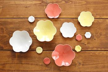美濃焼で有名な小田陶器が制作するコトハナシリーズの花型皿。小ぶりなサイズで、お漬物や和菓子などを添えるのにもぴったりです。鮮やかな色や艶が食卓に映え、お花見のような楽し気な雰囲気にしてくれそうでうすね。