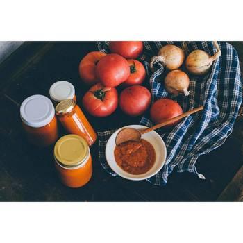 トマトに含まれるリコピンを継続的に摂取することによって、花粉症の自覚症状が緩和。野菜そのものを食べるよりも、加工されたジュースのほうが良いのだとか…!