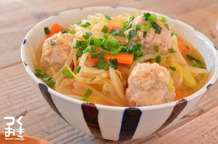 中華麺の上にたっぷりのもやしでボリュームUP。もう少しカロリーを抑えたい方は、麺の量を減らしてもやしを増やしても良さそうですね。食べ応えのある鶏団子もヘルシーで、休日のお昼にはもちろん、ダイエット中にお腹いっぱい食べたいときにもおすすめです。