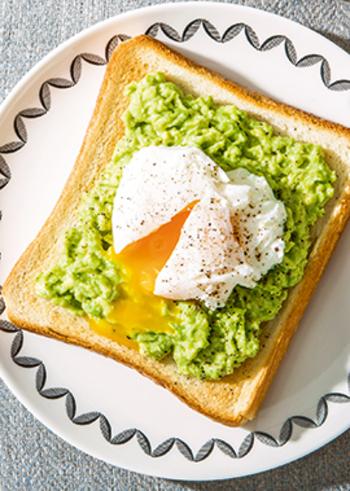 朝食には、アボカドとトーストの組み合わせが定番の国といえば、オーストラリア。薄くスライスしてもいいですが、マッシュしたほうが食べやすくてグッド。ココナッツオイルをプラスした女性に嬉しい一品です。