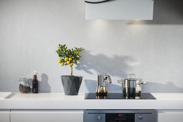 キッチンも、ものであふれがちになる場所の一つ。同じような道具であれば、機能をまとめて個数を少なくすることができるはず。例えば、深めのフライパンが一つあれば、炒め物や煮込み料理、パスタをゆでるときにも使えます。また、近年話題にもなったスキレットは、直火で調理できるほか、そのまま食卓にも出せるから、これもミニマルなキッチンの良いアイデア。ただ、調理道具にどうしてもこだわりたい場合は、キッチン家電を減らすなど、全体のバランスが大事です。ここでも自分が何を大切にしているかが問われます。