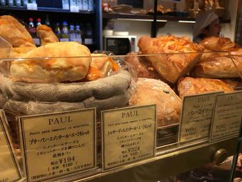 価格札には日仏の言葉でパンの説明つき。