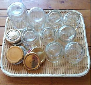 新生姜を作ると決めたら、まずは仕込む前に、保存瓶の煮沸をしておきましょう。大鍋の底に布きんを入れ、瓶と蓋を置き、水を入れて沸かし、暫く沸騰させてからザルにあけ、乾かしておきます。