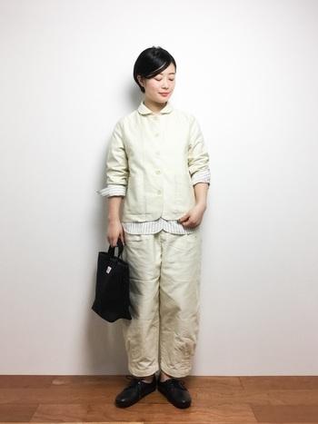 黒やグレーのイメージが強いセットアップですが、春夏は白などクリーンなカラーのものも素敵ですね。裾や袖から少しシャツの柄を見せているのがおしゃれです。