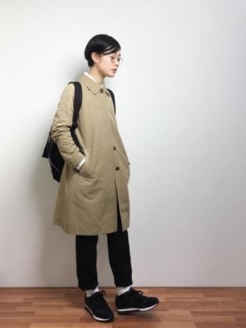 ハンサムなステンカラーコートは、着回しがきくので1枚は持っておいても損はありません。前を閉めてシンプルに着こなすのも、コートのシルエットの美しさが際立ちます。
