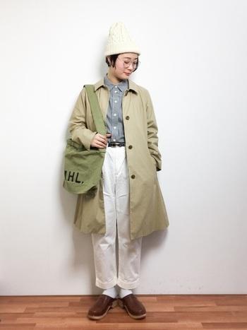 パンツとニット帽のホワイトが爽やかで春らしいコーデです。暗い色が多くなりがちなマニッシュコーデも、白やブルーを活用すれば春夏らしさを出すことができます。