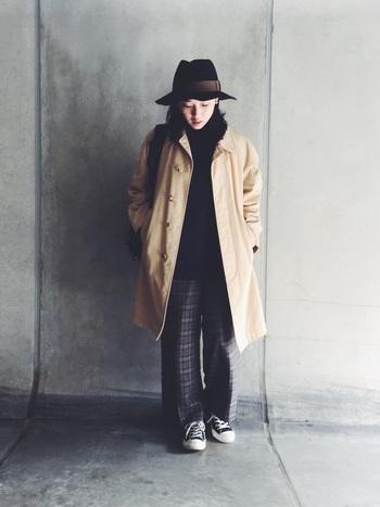 大きめサイズのコートやハットなど、渋いアイテムを使うのがおじルックのポイント。あえてスニーカーを合わせてカジュアルダウンさせています。