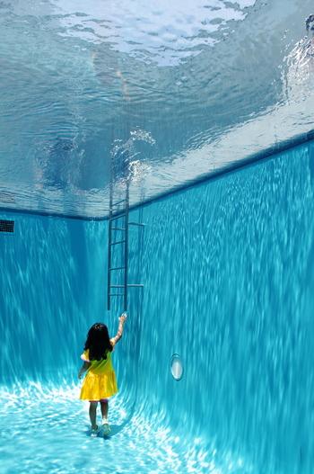 レアンドロ・エルリッヒの作品「スイミング・プール」は、常設展示。作品のなかに入り込んで楽しめる体験型アートは、子どもも大人も興味津々!