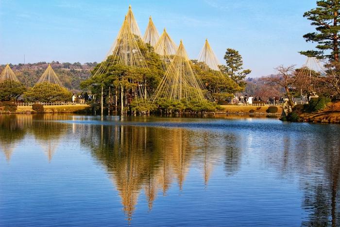 「兼六園」は、金沢駅からタクシーで約10分で行けるスポットです。北鉄バスの「兼六園シャトル」を利用する方法もありますよ。日本三名園のひとつに選ばれた文化財指定庭園で特別名勝。江戸時代の代表的な大名庭園として親しまれ、長い歴史を紡いできました。  四季折々の景色を眺められるため、どの季節に訪れても楽しめるでしょう。雪害から樹木を守る「雪吊り」は、金沢の冬の風物詩のひとつ。  園内は広いのであらかじめマップを用意しておくと便利。六勝をめぐる代表的なスポット約40分のコースと、見どころをじっくりめぐる約90分のコースなどが選べます♪