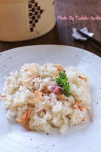 ポカポカ春の季節にぴったりなピンクの炊き込みご飯。桜エビの優しいダシがご飯全体に染みわたり、新生姜の爽やかさがお口の中にふわっと広がります。お米1合分を、もち米に変えると もちもちで更に美味しく頂けます。お好みに合わせてやってみて下さいね!