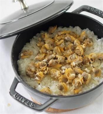 海の香りがたっぷり詰まったあさりと新生姜を合わせた炊き込みご飯。予め あさりを酒蒸しして その汁でご飯を炊きます。あさりに火を通し過ぎないように気を付けるのがポイント!お好みで、三つ葉やお葱をかけて召し上がれ。