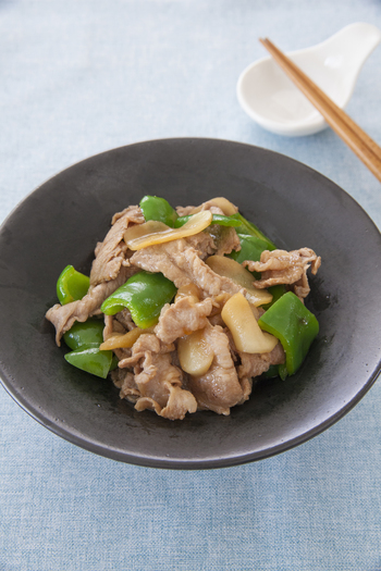 新生姜と豚肉で作る中華炒め。しっかりとした味付けなので、晩ごはんのおかずとしては勿論、お弁当にもおすすめです。新生姜のシャキシャキっとした食感もお楽しみ下さい!
