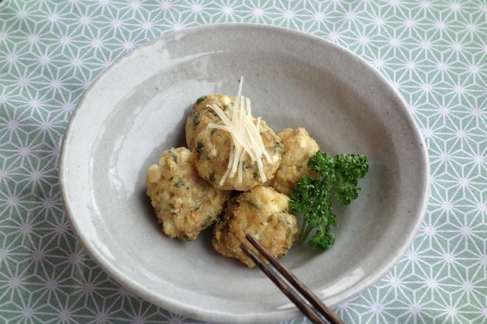 鶏ひき肉と木綿豆腐で作る、ヘルシーな肉団子。新生姜の香りがとっても爽やかです!仕上げに、千切りにした新生姜を飾って…。お好みで、抹茶塩、ゆずこしょうをつけてもとっても美味しいですよ。