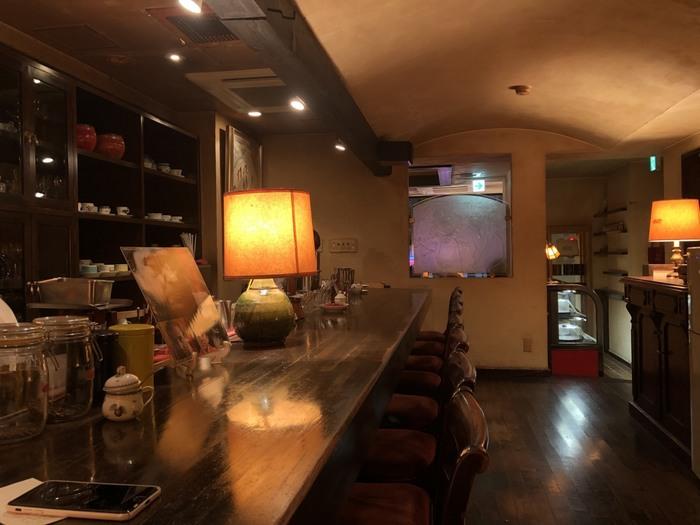店内に入ると、都内とは思えないゆったりとした空気が流れています。アンティーク調のランプからも、レトロな雰囲気が伝わってきますね。コーヒーの香り漂うカウンター席と、奥には広々したテーブル席もあります。