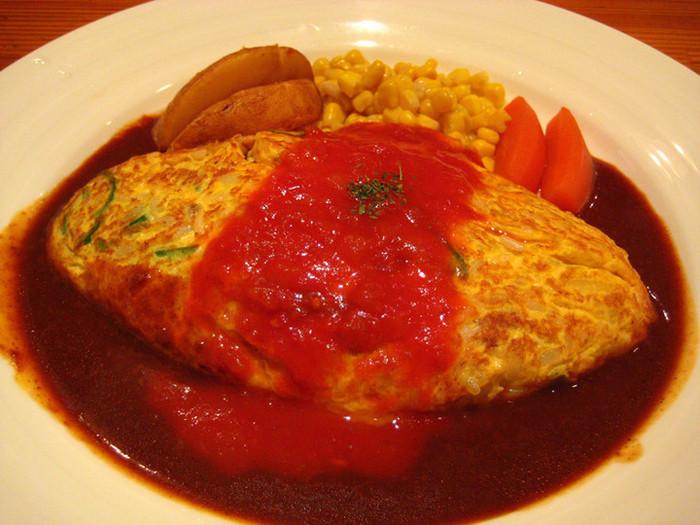 こちらのオムライスは独特で、なんとご飯と卵を混ぜて作ったオムレツ風オムライスです!